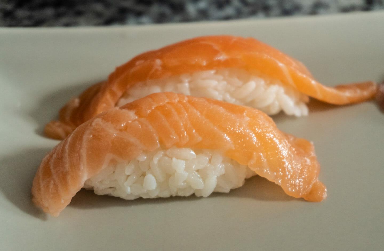 Nigiris de salmón cocina japonesa